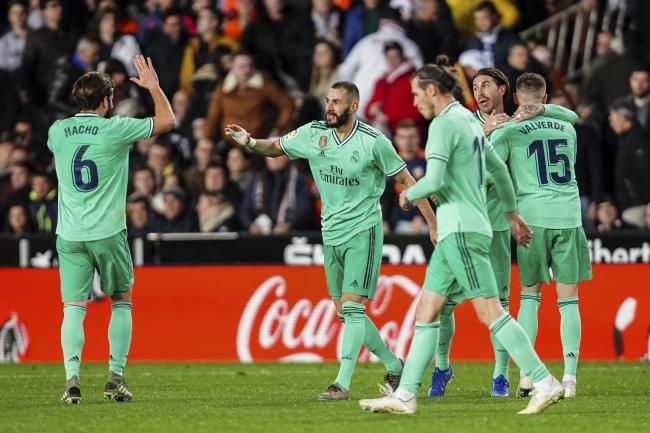 Karim Benzema, second left, is congratulated by team-mates after earning Real Madrid a point against Valencia