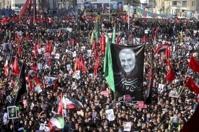 Des foules se rassemblent pour pleurer la mort de Qasem Soleimani.