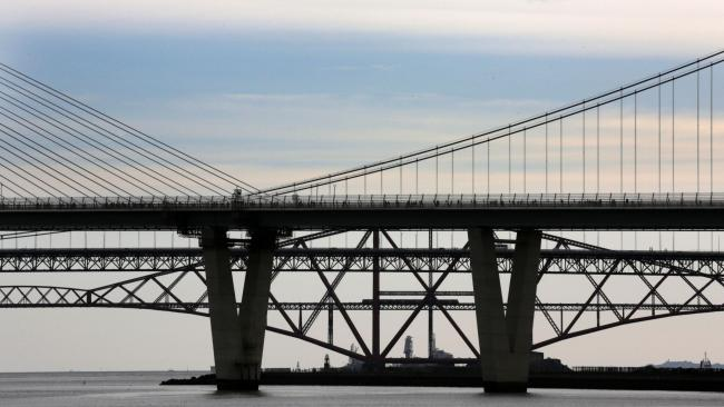 Falling ice and snow shuts Queensferry Crossing