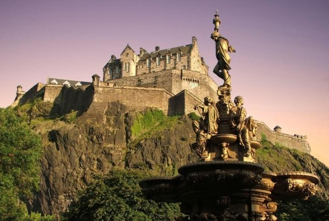 Official Scottish visitor guide warns 'eco-tourists' not to visit Edinburgh Castle