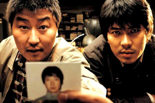Detectives Park Doo-man (Song Kang-ho) and Seo Tae-yoon (Kim Sang-kyung) track a suspect in Memories Of Murder