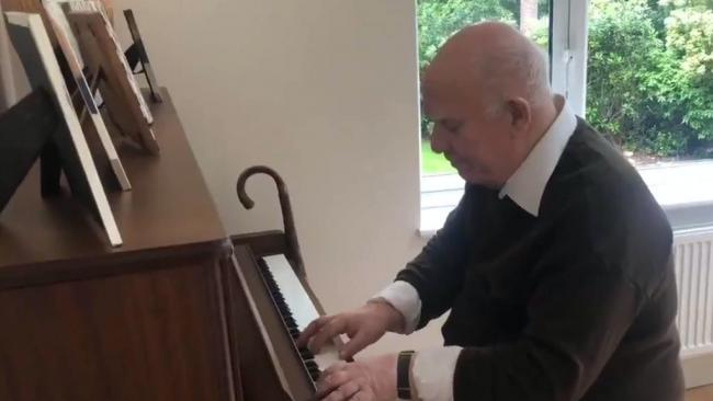 WATCH: Former music teacher with dementia stuns with improvised composition using only four notes