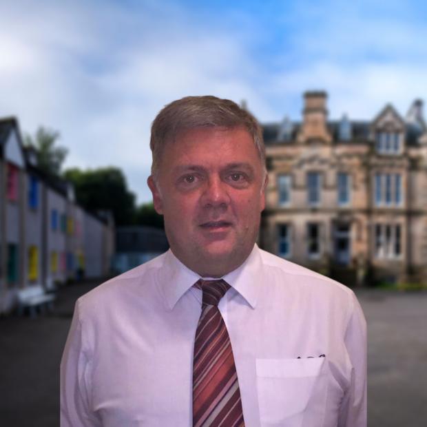 HeraldScotland : Auteur : David Hicks, directeur de l'école internationale de Fairview, Bridge of Allan. A dirigé 4 écoles du BI à l'échelle internationale et est un ancien membre du Conseil régional du BI pour l'Afrique, l'Europe et le Moyen-Orient.