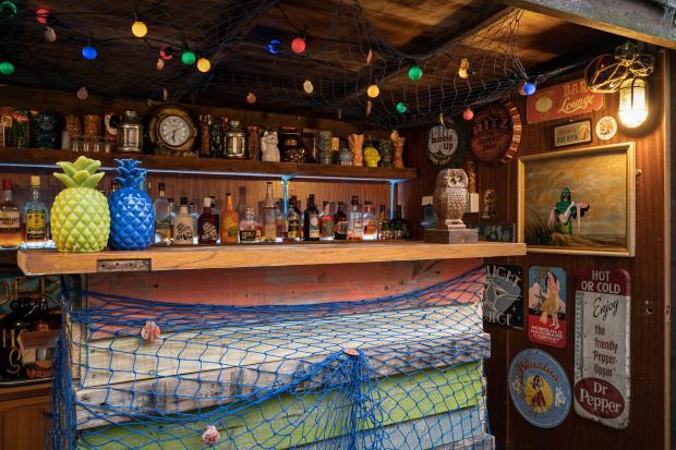 HeraldScotland : Le bar Tiki dans le jardin du Mid-Century Funhouse à Dunblane. Photo : Andrew Jackson/IWC Media/BBC Ecosse