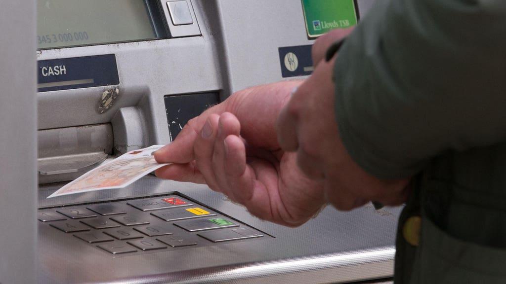 Di seluruh negara, Santander dan Barclays mengeluarkan amaran penipuan segera mengenai mesin tunai