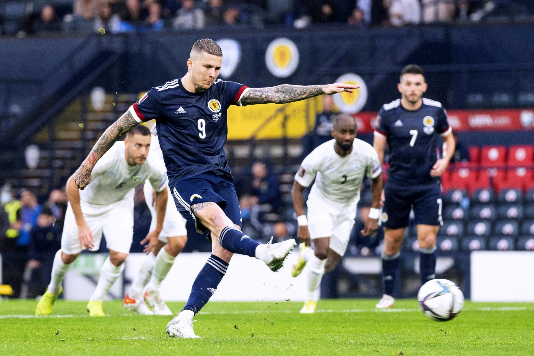 Jugador de Escocia se ofrece como voluntario para hacerse cargo de las tareas de lanzamiento de penaltis de Lyndon Dykes en el crunch clasificatorio de Qatar 2022