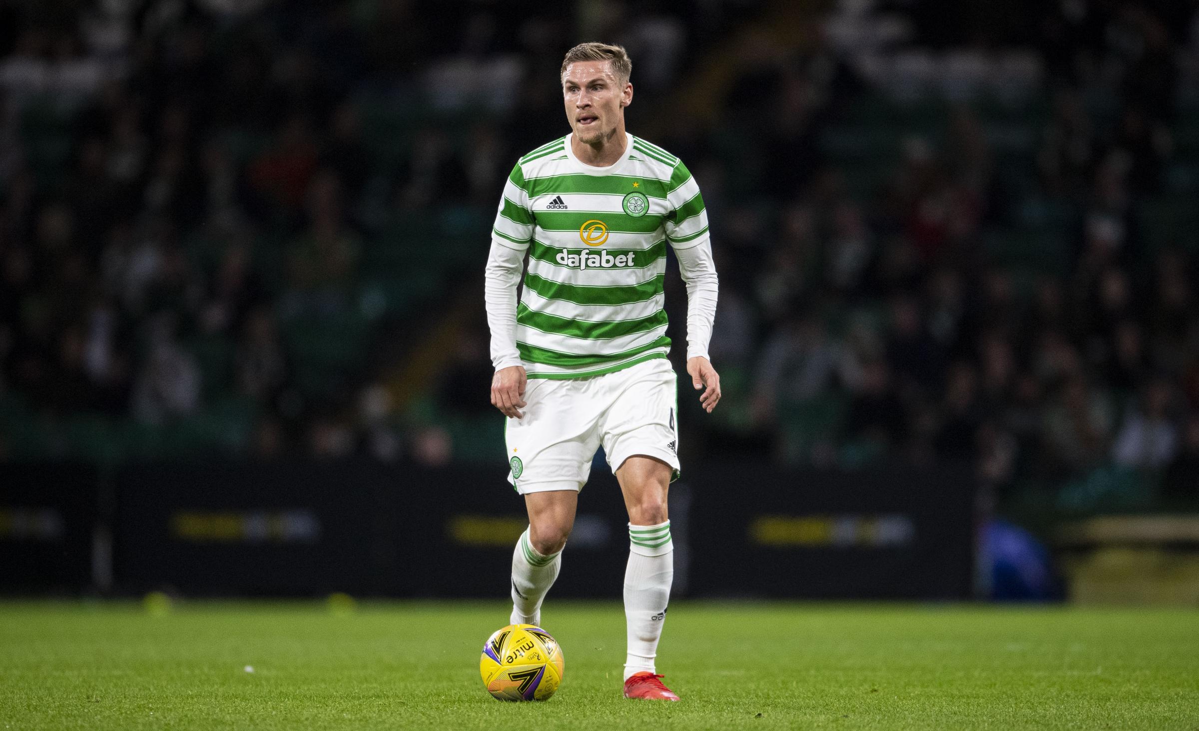 Carl Starfelt comienza a ganarse a los escépticos del Celtic mientras el defensor muestra signos de encontrar sus pies