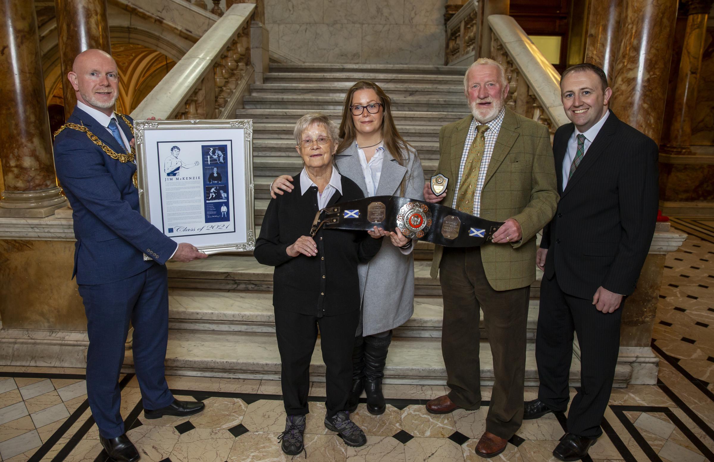 Pegulat Glaswegian Jim McKenzie dilantik menjadi Hall of Fame di City Chambers