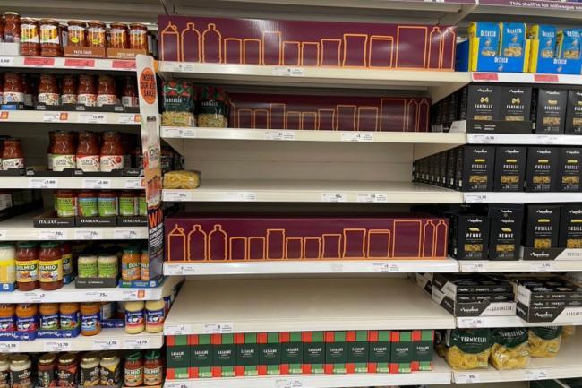 Sainsbury's dan Tesco dikecam karena menggunakan gambar kardus untuk menyembunyikan rak kosong