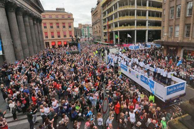 Crowds of well-wishers applauded the Team Scotland athletes all the way from Kelvingrove to George Square, where they were greeted by a che