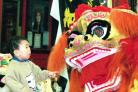 CHINESE NEW YEAR 2000 JORDAN CHAN COMES FACE TO FACE WITH CHINESE LION STAFF A-2894 (55255168)