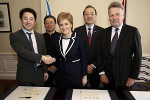 Nicola Sturgeon signs the memorandum of understanding with SinoFortone