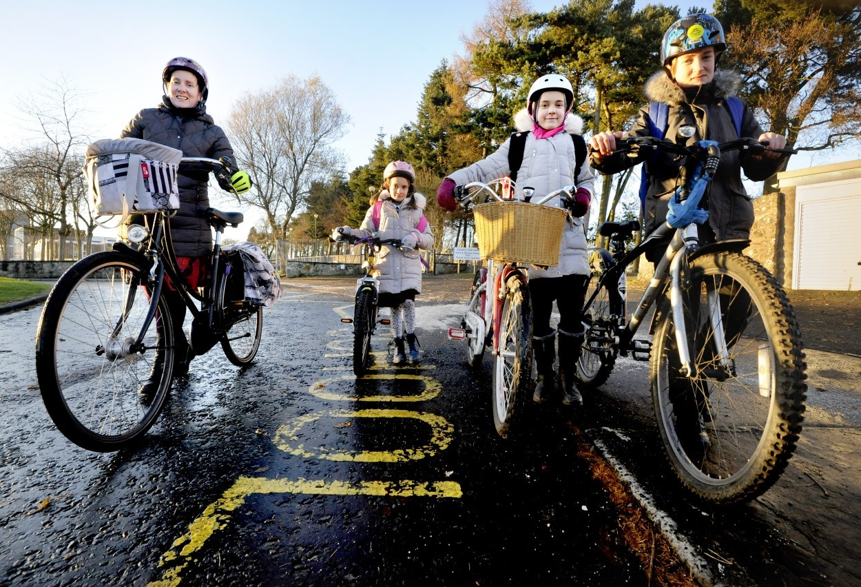 Experts: Curb traffic on school routes to encourage more children to walk and cycle