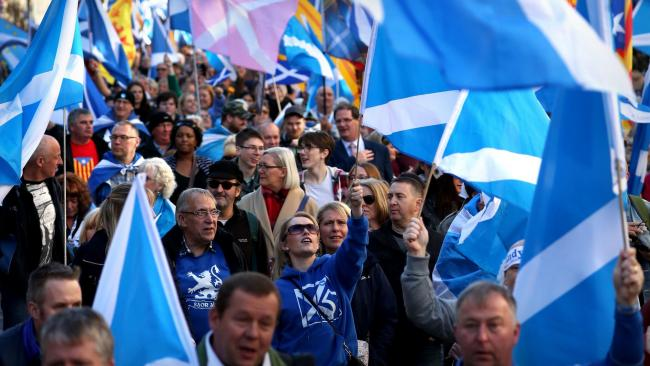 Tens of thousands march through Edinburgh to back Scottish independence