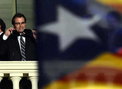 Artur Mas waves to the crowds