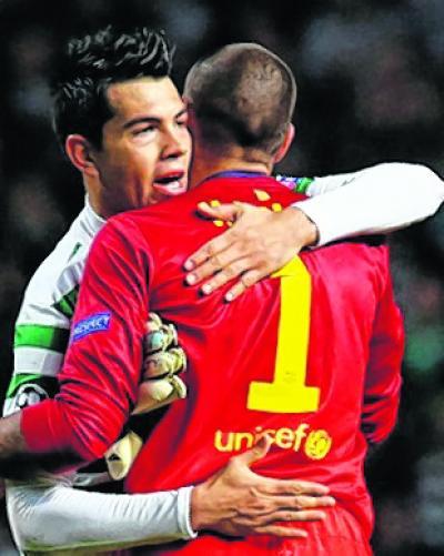 Celtic's Miku embraces Barca goalkeeper Victor Valdes