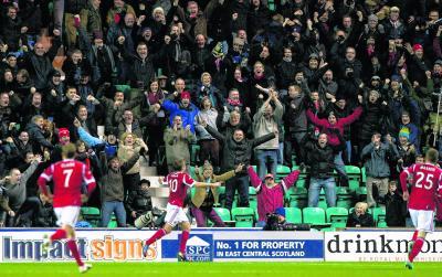 Aberdeen's Niall McGinn (No.10) celebrates his winning goal against Hibernian. Picture: SNS