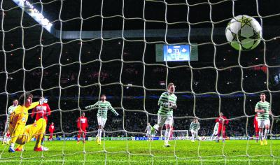 Kris Commons lashes in the penalty that put Celtic in to the last 16