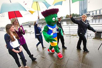 STEALING A KISS: Beth Gilmour with Clyde, right, who gets the thumbs-up from Billy Connolly. Main picture: Colin Mearns