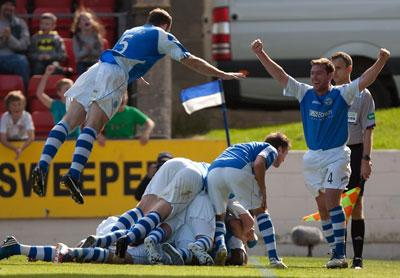 St Johnstone's players celebrate after Rowan Vine scores the winning goal